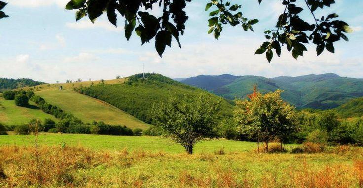 Bükkszentkereszt (Újhuta) a Bükk hegységben. A községet (1775) Simonides János alapította az üveghuta akkori bérlője. Az üvegfúvó mesterek munkáit ma is megcsodálhatjuk a bükki üveghuták ipartörténeti múzeumában és tájházában. Hazánk egyik legmagasabban fekvő települése és az egyik legközkedveltebb üdülőfalu, különleges magaslati klímájának köszönhetően a falut szubalpin gyógyhellyé minősítették.