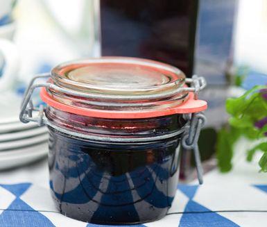 Ta vara på sommarens blåbär genom att koka ihop din egna blåbärssylt. Tillsätt endast socker, vatten och natriumbensoat. Använd egenplockade blåbär så blir det här en billig sylt att ha själv eller ge bort som present.