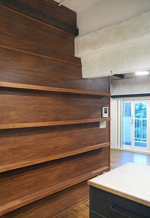 #リノベーション 温かみのある壁面ディスプレイ棚