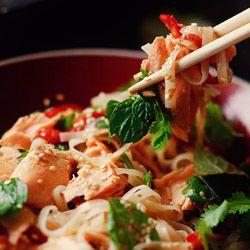 Makaron ryżowy - Przepis: Matter Of Taste, Roasted Salmon, Rice Noodles Recipe, Salmon Recipe, Baking Salmon With Ginger, Chicken Noodles, Makaron Ryżowy, Makaron Ryżowi, Food Drinks