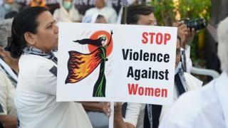 India police parents catch 'daughter's rapists' - BBC News