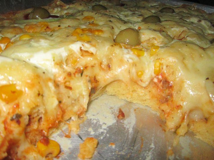2 copos americanos de farinha de trigo  - 1 copo e meio de leite  - 1/2 copo de óleo  - 1 colher de sopa de fermento em pó  - 2 ovos inteiros  - Sal a gosto  - Oréganos e queijo parmesão ralado o quanto baste para polvilhar por cima da torta  - Sugestões de recheios:  - Queijo, presunto e tomate picadinho com orégano  - Atum ou sardinha com cebola picadinha  - Frango desfiado e temperado a gosto  - Palmito  -