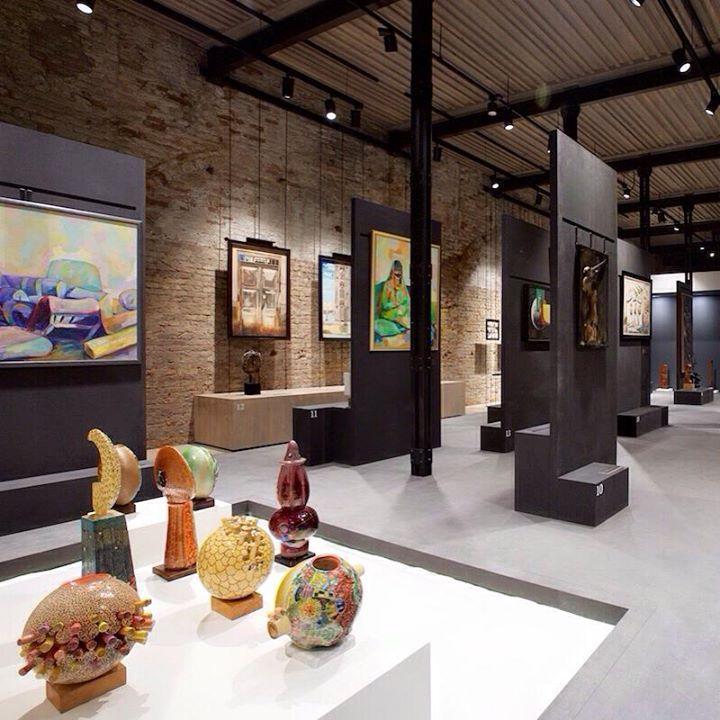 Allestimento della mostra 1980 – Today: Exhibitions in the United Arab Emirates, accrochage delle opere esposte nel Padiglione, compreso servizio di disimballaggio, smontaggio e reimballaggio http://tosettoallestimenti.com/mostra-padiglione-emirati-arabi/