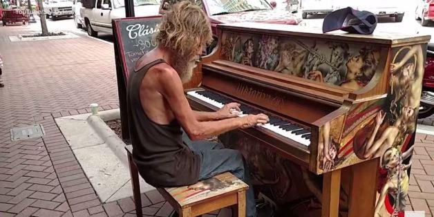ASSISTA: Você vai se emocionar MUITO com este mendigo tocando piano!
