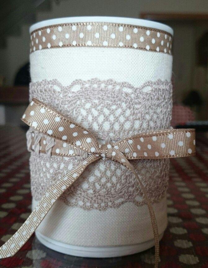 Lapicero realizado forrando una lata con tela de hilo y pasamanería.