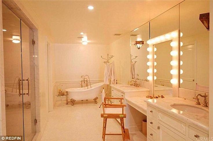 De badkamer voorzien van bad op poten en een dubbele kaptafels.