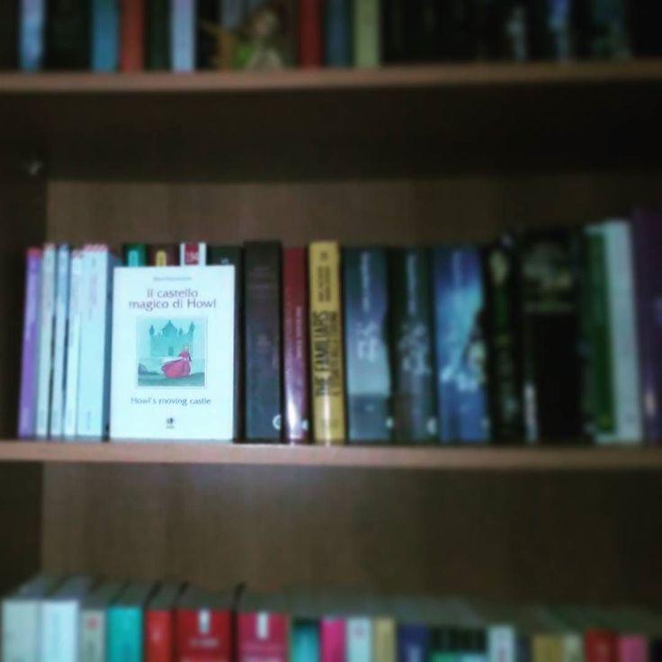 """#bookishnumber ci ha assegnato il 28 ed è """"Il castello magico di Hawl"""" A chi tagghiamo assegnamo il n 55 qual è il libro sulla vostra libreria che corrisponde a questo numero?  #libri #leggere #lettura #dianawynnejones #howl #amoleggere #romanzo #libreria #book #bookstagram #instalibro #instabook #booklover #bookworm #bookish #books #books #libro #bookshelf #instalike #instagood #instagood #instapic #picoftheday #libriovunque #libro #insta #lettore"""