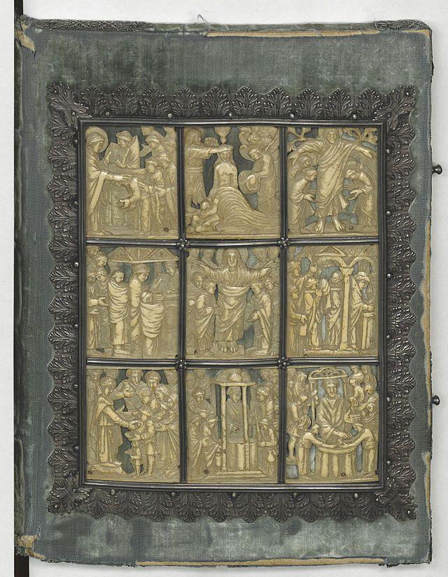 Sacramentaire de drogon lat 9428 bnf 1ere couv (couverture du plat spérieur)- Le plat de reliure en ivoire du SACRAMENTAIRE est travaillé dans la technique d'un bas-relief. Il se compose de 9 compartiments cloisonnés  décrivant des scènes de la vie du Christ et de la liturgie, dans un style évoquant l'art paléochrétien.
