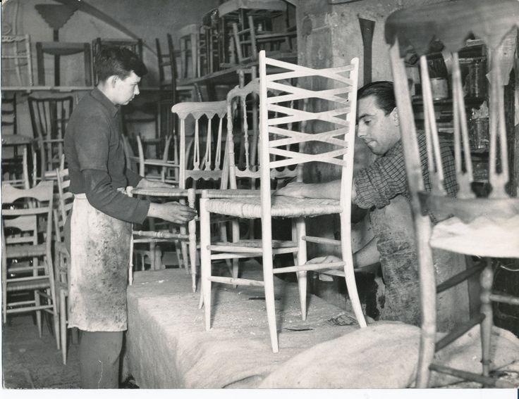 """Artigiani al lavoro nella creazione della """"Chiavarina"""", la famosa seggiola di Chiavari. (Titolo originale: """"Artigianato chiavarese/ costruzione delle sedie""""). Craftsmen at work: the """"chiavarina"""" chair's making of. (Photo: Carezzano, 1940-1950 circa) #Chiavari #Riviera #Liguria #antichimestieri"""