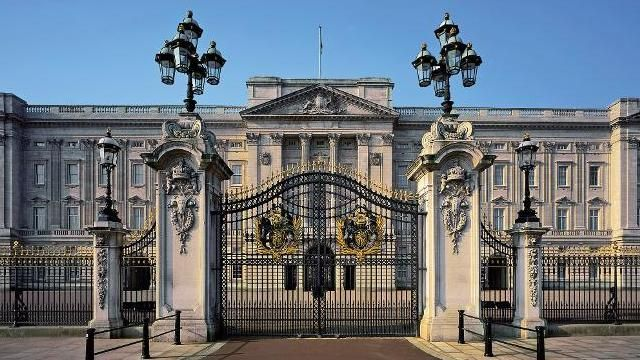 Buckingham Palace / A Perfect Day in London / Reality and Retrospect