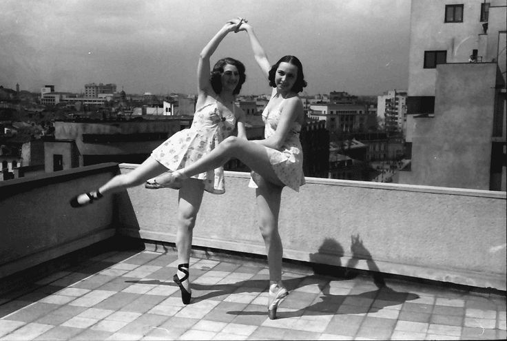 24Bukarest.Colorado.Madelaine Radulescu und Maria Livezeanu, beide tanzen in kurzen Röcken.04.1942