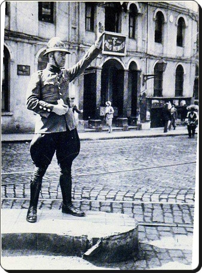 Trafik polisi. Beyoğlu, Istanbul.  1930  (Selahattin Giz)
