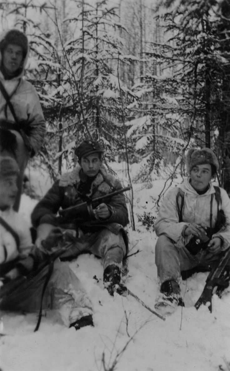 "suomisodassa: "" Finnish soldiers resting in a forest during winter."" Pin by Paolo Marzioli"