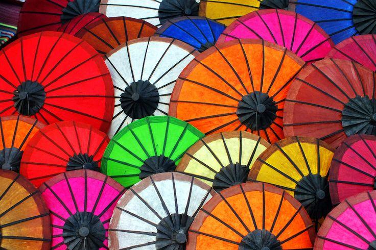 laos-colourful-umbrellas-53386.jpg (900×600)