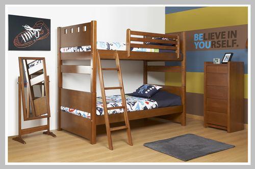 AMBIENTE NIÑO CONVERSE Una habitación perfecta para dos hermanos. Este ambiente juvenil tiene barandas en la cama superior y escaleras tradicionales pero con diseño contemporáneos. Tiene un cajonero sin manijas de nuestra línea moderna y un espejo de pie en madera. Este espacio es perfecto para niño o niña.