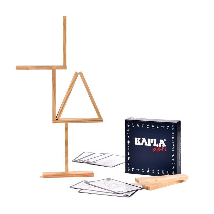 Le jeu est facile à comprendre mais beaucoup moins à réaliser. 16 planchettes Kapla et 12 cartes défi avec des structures à réaliser par ordre croissant de difficulté. De quoi exercer sa patience et son adresse !