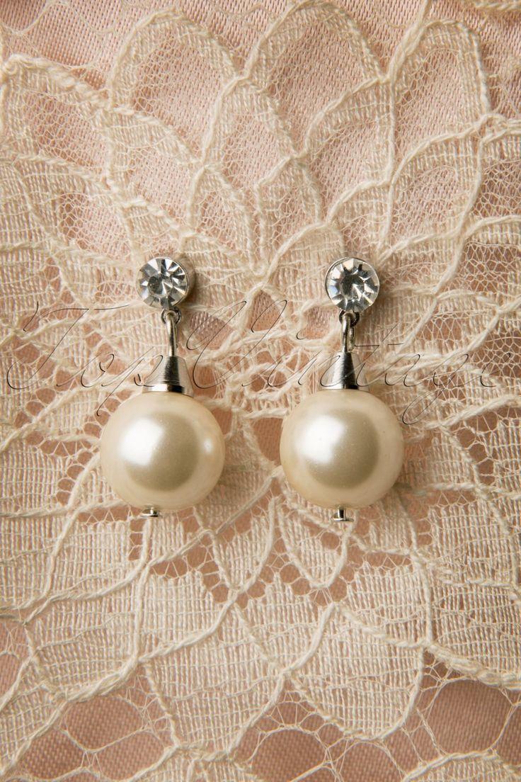 Collectif collectie ~ Elegant Pearl & Diamante Drop Earrings Large. Deze mooie klassieke vintage like parel hangers hebben een tijdloze charme die je bij iedere vintage outfit kunt dragen.De ivoorkleurige parel hanger zit bevestigd aan een oorsteker die gedecoreerd is met een fonkelend faux strass steentje, super classy!
