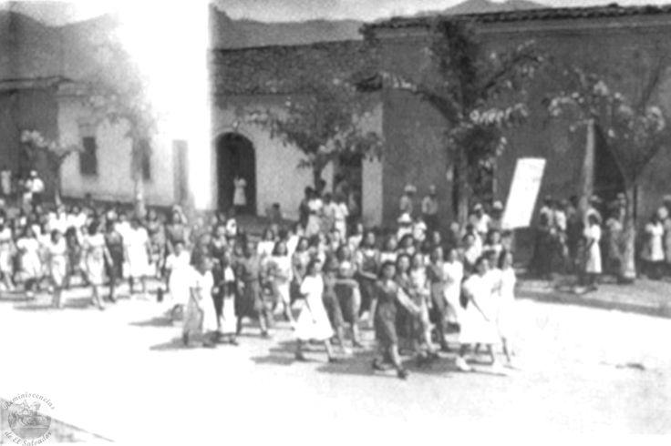 Marcha de Mujeres de Septiembre de 1944 En septiembre de 1944, millares de mujeres marcharon por las calles de San Salvador para solicitar la puesta en marcha del voto irrestricto, el Poder Ejecutivo declaró que ese no era un tema de su competencia, sino de la Asamblea Legislativa. El voto universal aún tendría que esperar mejores momentos políticos. Fuente : Vertice.