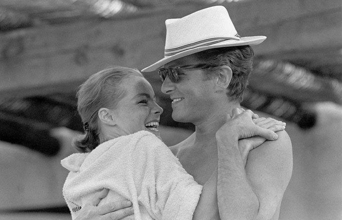 60-er Jahre - Romy Schneider 30. Todestag - Im Juli 1966 heiratet Romy den Regisseur und Schauspieler Harry Meyen, den sie 1965 kennengelernt hatte. Bild: Das Ehepaar in glücklichen Tagen: Romy Schneider und Harry Meyen auf 'Cap Ferrat'...