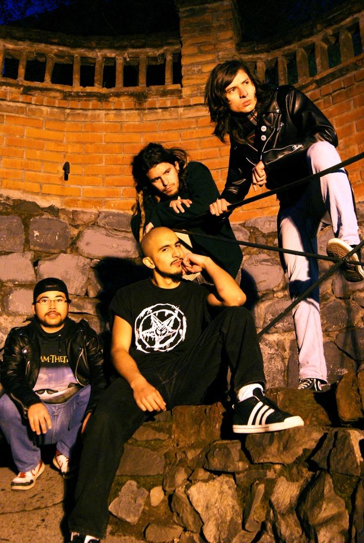 Y bueno... esta es mi banda hace unos años.  Y yo estaba sin cabello.  Hola.