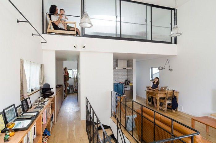 玄関側から家の奥方向を見る。白い空間に使われた黒いスチールがインダストリアルな空気感を醸している。