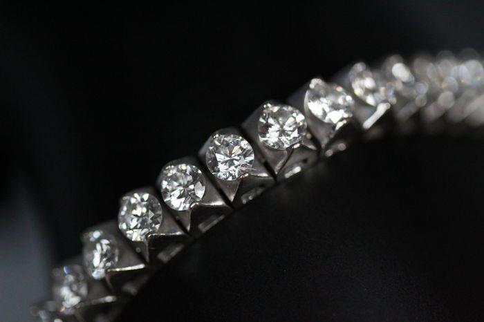 Exclusieve IGI gecertificeerde tennis armband met 83 Caraat natuurlijke diamanten River (E-F-G) kleur. LOW RESERVE  IGI gecertificeerde tennis armband met 47 natuurlijke diamanten welke extreem wit zijn (E-F-G) kleurloos. De diamanten geven een spectaculaire blauw heldere kleur als water. IGI rapport Nr: F4J81711DiamantKaraat: 8.30 ct. totaal diamant gewicht Kleur: E-F-G kleurloos Zuiverheid: I1-I2 Diamant vorm: rond briljant geslepenDiamant slijpsel: zeer goed Diamanten afmeting: gemiddeld…