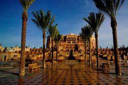 Het zeer indrukwekkende Hotel Emirates Palace is gebouwd als een Arabisch paleis. Hier kun je je een vakantie lang prins of prinses voelen in een magische omgeving; inclusief decoraties met veel goud, zilver, kristal, marmer en prachtige fonteinen. Leuk feitje; het atrium is nog hoger dan de St. Petersbasiliek in Rome! Voor de deur ligt het uitgestrekte privéstrand waar je, naast het prachtige uitzicht over de helderblauwe zee, zelf in de wintermaanden kunt genieten van een aangenaam…
