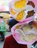 Ci troviamo a Pak Klong Talad E' il più grande mercato dei fiori di Bangkok (Tailandia), aperto 24 ore su 24 e si chiama Pak Klong Talad. Qui sono esposte centinaia di piante da fiore e si può acquistare qualsiasi tipo di accessorio per le composizioni floreali. Le altre gallerie fotografiche,