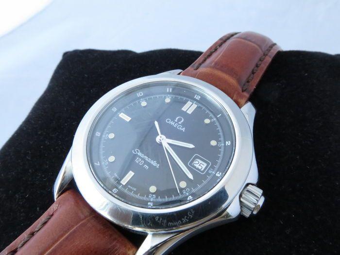 Omega Seamaster 120m - Herenhorloge 1993  Zeer fraaie en daarnaast zeldzame Omega Seamaster 120m quartz. De stalen kast is zo'n 36mm in diameter zonder de originele Omega kroon. Het horloge heeft een zwarte plaat met zilveren/crème lumineuze indexen en wijzers. De datum staat op '3u'. Deze uitvoering heeft een gladde volledig stalen bezel en kroon. Het serienummer ( 54) staat in de lug gegraveerd aan de achterzijde en correspondeert met het jaar 1993. De stalen geschroefde caseback heeft een…
