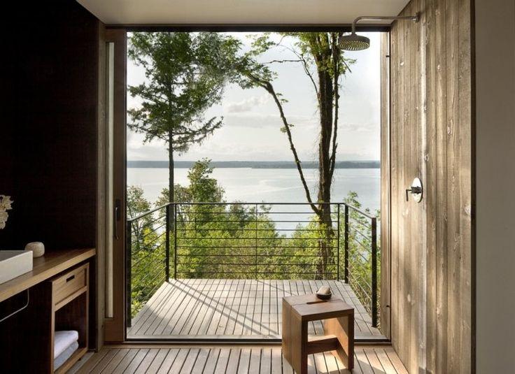 kleiner Balkon mit Aussicht zum See und Holzboden