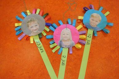 Maak bloemen van twee vouwcirkels en vlechtstroken, schrijf op de steel de datum en plak een foto in het bloemhart.