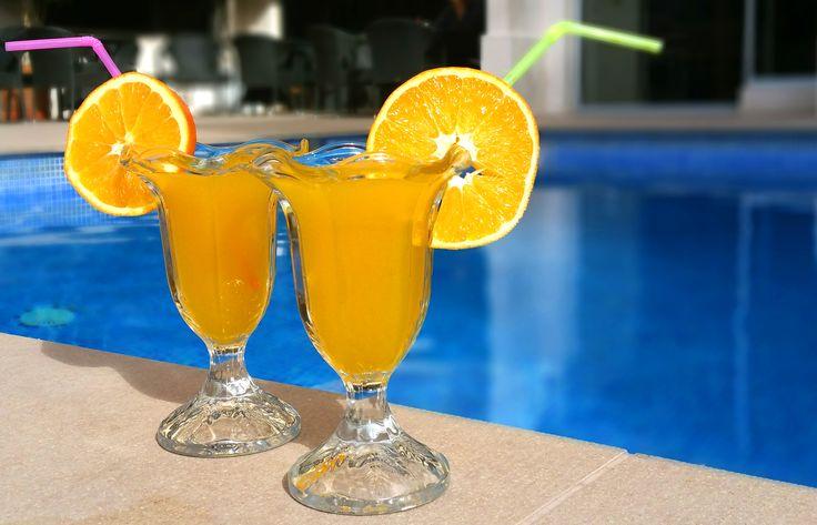 De esta guisa os damos los buenos días. Nada como un zumo de naranja recién exprimido al solecito para comenzar la semana con vitalidad 🍊  Te esperamos  #HotelCarlos #Vitaminas #Sol #HotelesBenidorm #Benidorm #Hoteles #Zumo #CostaBlanca #Naranjas #ComidaSana #Saludable