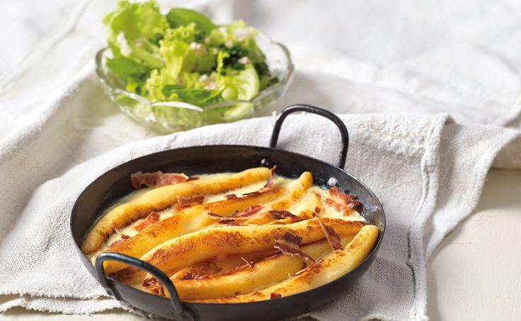 Die wunderbare, preiswerte, gesunde und vielfältige Kartoffel wird hier in diesem traditionellem Gericht in eine flaumige Nudel verwandelt. Und obendrein mit einem herzhaften Guss aus Milch, Eiern und Speck knusprig im Rohr gebacken. Eine Gaumenfreude, die leicht gelingt. Alltagsküche als auch für Gäste.