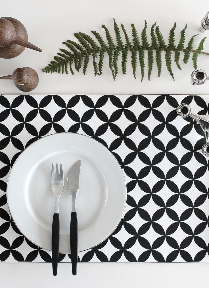 Placemat from Dekohem, birds Architectmade, plate Rörstrand Corona, cutlery Gense Focus de luxe