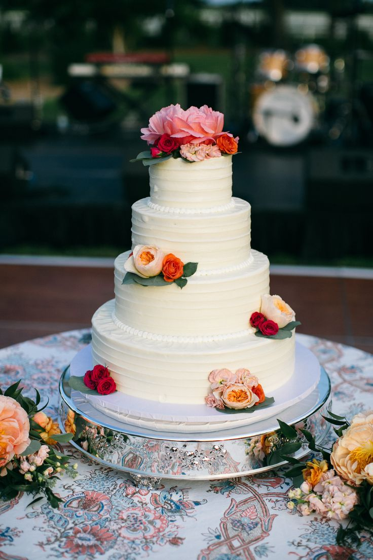 It doesn't get much more beautiful than fresh flowers on a crisp white wedding cake.