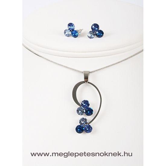 Gyönyörű, exkluzív Swarovski kristályos nyaklánc és fülbevaló szett.  A bedugós fülbevaló 3-3 db kb 6 mm átmérőjű kék különböző árnyalataiban pompázó kristályt tartalmaz.  A nyaklánc medálja 3-3 db kb 6 mm átmérőjű kék különböző árnyalataiban pompázó kristályt tartalmaz. A medál méretben, színben, formában tökéletesen illik egymáshoz. A medál és a fülbevaló nemesacél foglalatban található.