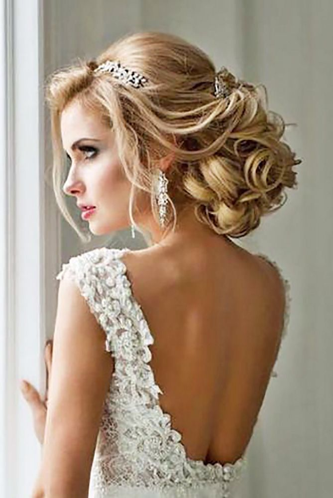 Hair accessories let you look chic from head to toe in an instant. Hair combs, headbands, tiaras, diadems, flowers and flower crowns - there are many ways to make your wedding hair hairstyle - your style.
