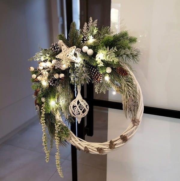 Swiateczny Bialy Wieniec Bozonarodzeniowy 45 Cm Belladoma Pl Christmas Ornament Wreath Christmas Floral Christmas Wreaths