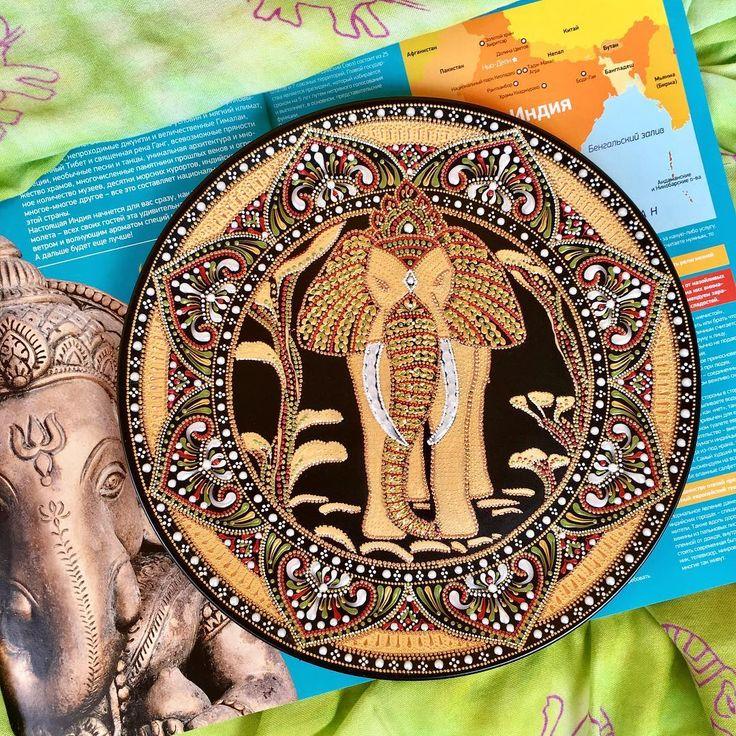 Никогда не верила в знаки... но что- то меняется. Открываю старый журнал, а там он- слон. Чую, не зря он так настойчиво появился у меня в голове! Тарелка декоративная, 26см.#роспись#росписьнатарелке#точечнаяроспись#слон#индия#длядомаиинтерьера#длядуши#pointtopoint#plate#artistsoninstagram#india#elefante#niznekamsk#tatarstan#picoftheday#decor