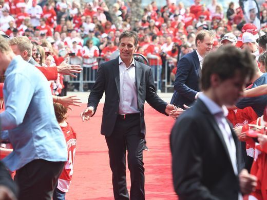 Former Red Wing Chris Chelios makes his way down the