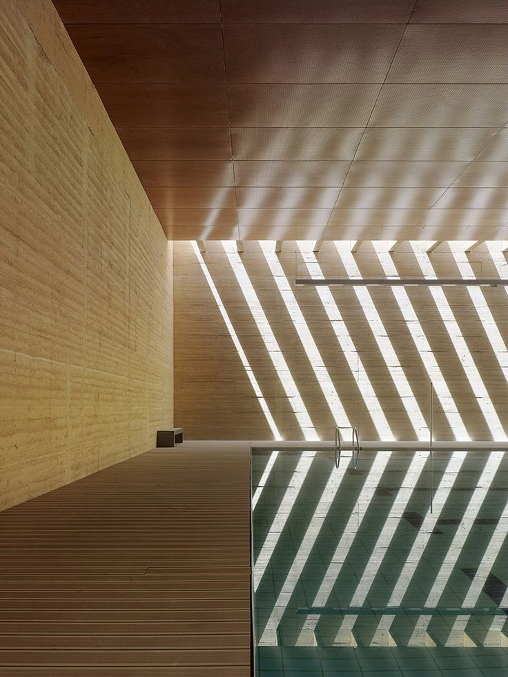 piscina interna com textura de luz natural