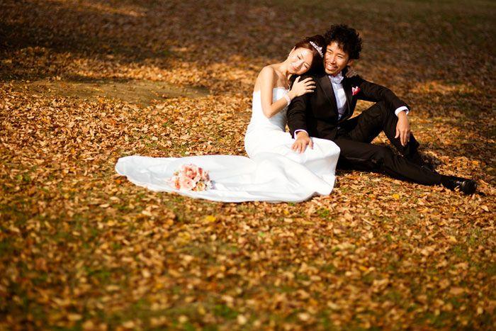 紅葉の結婚フォト。東京で洋装ロケーションウェディング。