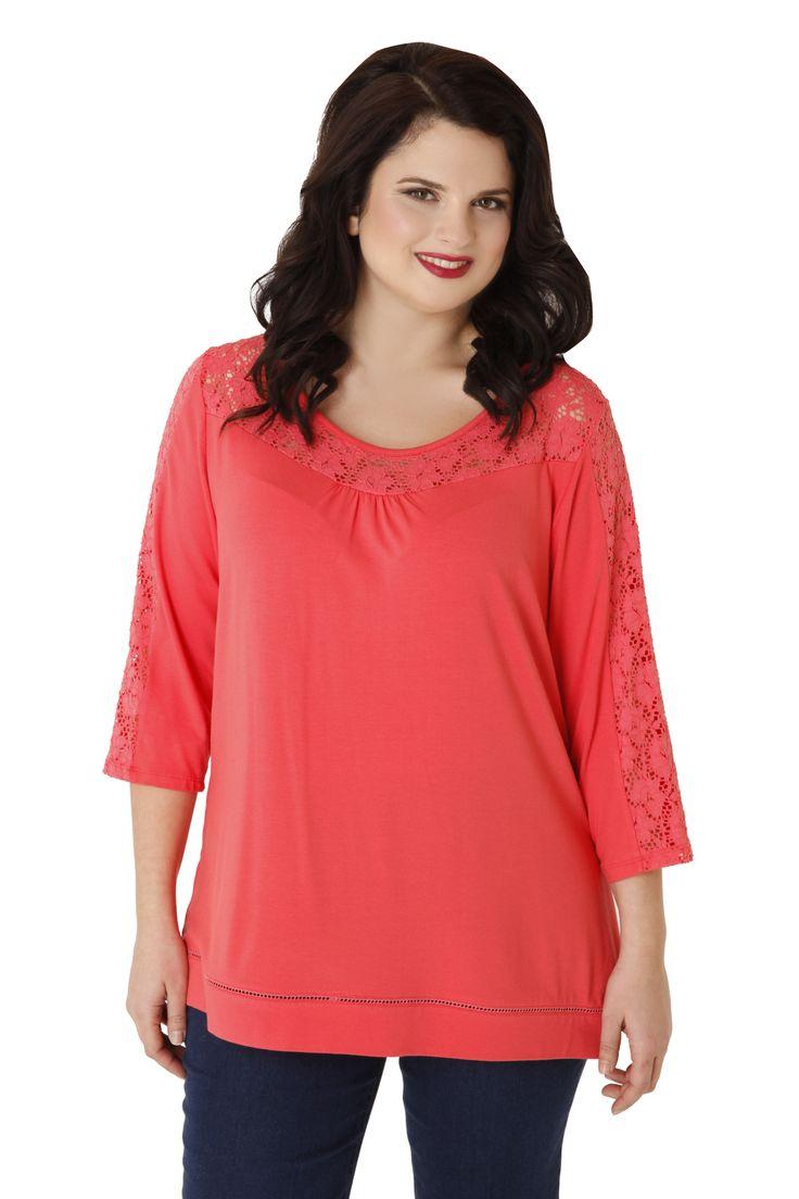 Μπλούζα από βισκόζη με 3/4 μανίκια. Εξαιρετική δαντέλα κιπούρ κοσμεί την λαιμόκοψη, την πλάτη & τα μανίκια. Επιλέξτε την για μοναδικές εμφανίσεις!