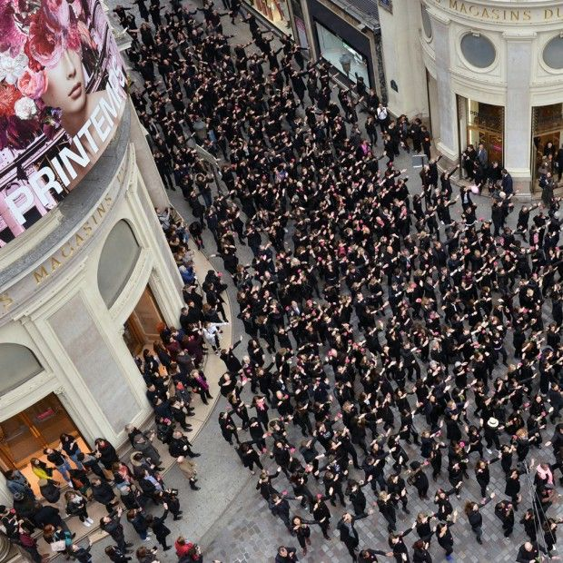 Cette énergie, cette cohésion de tous ces gens qui dansent pour fêter la mode, c'est notre instant mode du jour. http://www.elle.fr/Mode/Les-news-mode/Autres-news/L-instant-mode-les-150-ans-du-Printemps-2935490