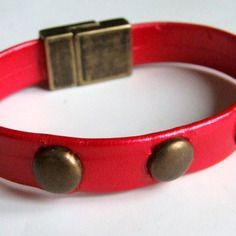 Bracelet clouté bronze simili-cuir rouge et superbe fermoir magnétique