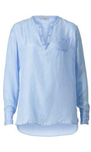 Stelton Shirt. Smuk enkel silkeskjorte fra svenske Hunkydory. Modellen er helt enkel med kinakrave og V-udskæring med pynteknapper på begge sider. Ærmet er langt og lukkes med to knapper ved manchet. Lidt længere bagtil.  Materialet er 100% silke, og den er en anelse blank i overfladen.