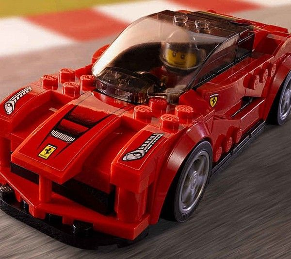 Siguiendo el modelo de renombre mundial de los coches de carreras LEGO, hazte con uno o varios de estas monadas en miniatura, cada uno de estos vehículos de tamaño pinta ofrece un llamativo trabajo de pintura y viene con su propio piloto.