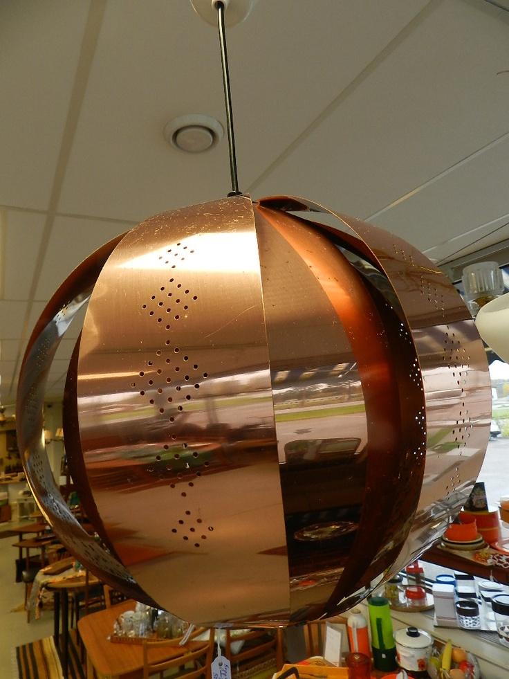 50-60-tals lampa i koppar. Lampan ´är formad som en boll! Kan vara designad av Werner Schou. 30 cm i diameter.
