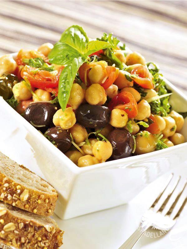L'Insalata di ceci e olive, veloce e facilissima, è un mix freschissimo di verdure e ingredienti genuini, una miniera di vitamine.