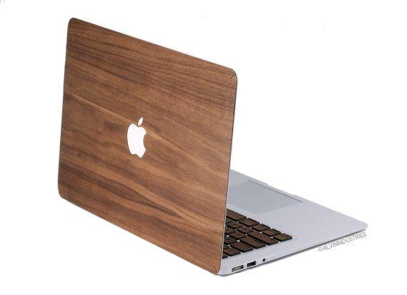 Nogal MacBook piel/de la etiqueta con el respaldo de 3M.  ¡Sí, este es de madera! La fuente de la chapa de madera de calidad más alto de los molinos de madera certificada FSC. Cada madera cubierta MacBook es hermoso, único y hecho a la medida dentro de 3 a 5 días hábiles.  Mano de acabado con una alta calidad natural y hermoso aceite danés. Las ranuras en las esquinas permitan la madera envolver alrededor de las curvas de la parte superior de MacBook. Nota: el Pro 13 y el Pro 15 (versiones…